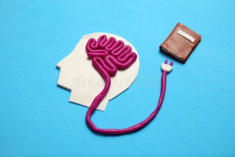 Cijfer van de mens met hersenen en boek voor het leren Geschiktheid voor de mening, zelfontplooiing royalty-vrije stock foto