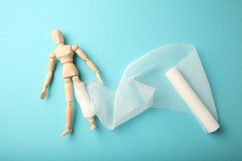 Cijfer van de mens met verband van het been het gekronkelde en witte gaas Eerste hulp, verwondingsbehandeling Pati?nt in het ziek royalty-vrije stock afbeelding