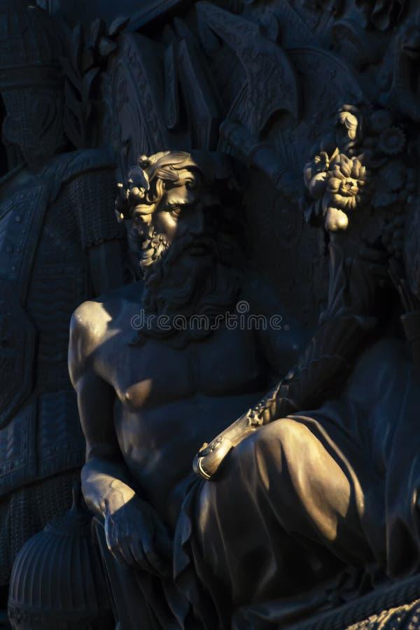 Cijfer van de mens op haut-reliëf van basis van Alexander Column in St. Petersburg stock fotografie