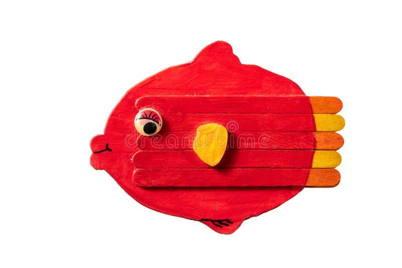 Cijfer van een kleurrijke rode die vis van hout door een kind wordt gemaakt stock foto