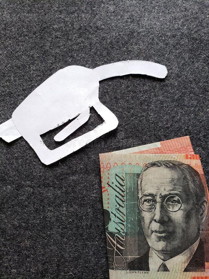 cijfer van het pistool van een benzinebom in wit en een Australisch bankbiljet van twintig dollars royalty-vrije stock afbeeldingen