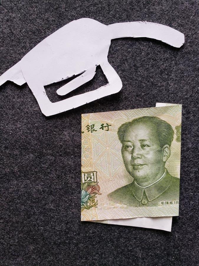 cijfer van het pistool van een benzinebom in wit en een Chinees bankbiljet van één yuan royalty-vrije stock afbeelding