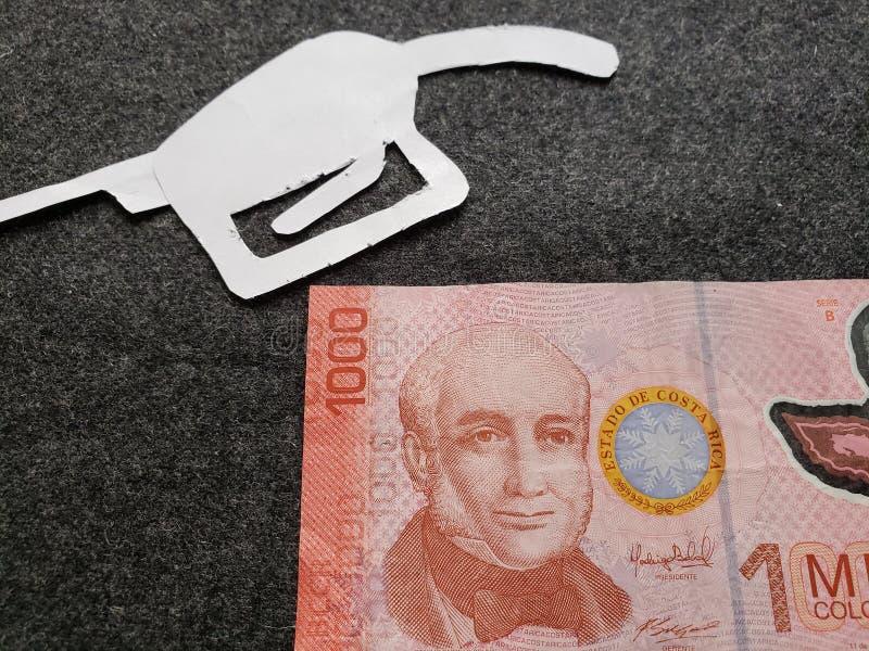 cijfer van het pistool van een benzinebom in wit en Costa Rican-bankbiljet van 1000 colones royalty-vrije stock foto