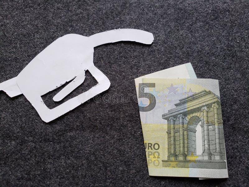 cijfer van het pistool van een benzinebom in wit en een Europees bankbiljet van vijf euro royalty-vrije stock fotografie