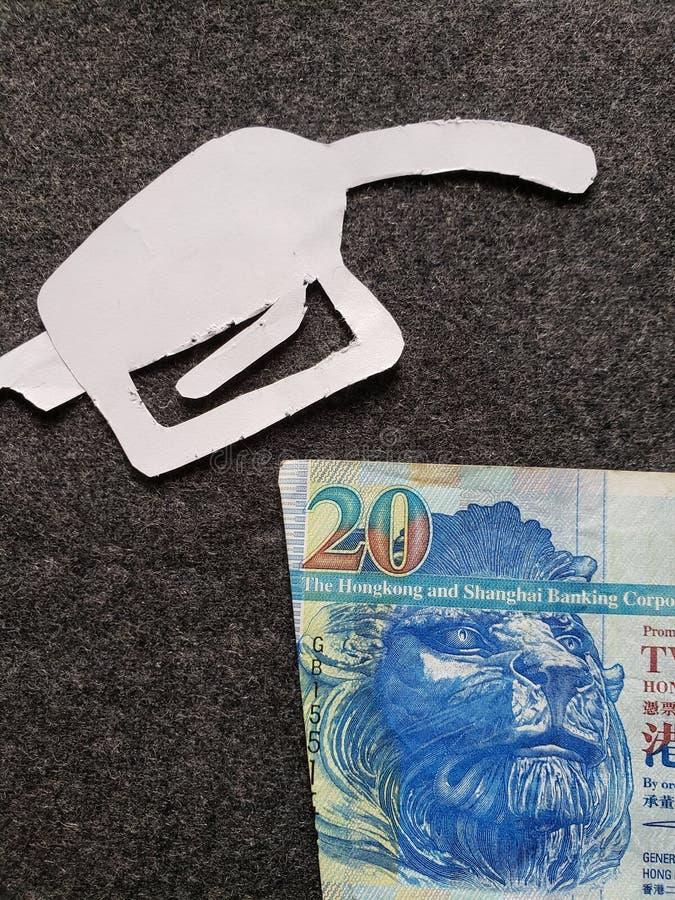 cijfer van het pistool van een benzinebom in wit en Hong Kong-bankbiljetten van twintig dollars stock fotografie