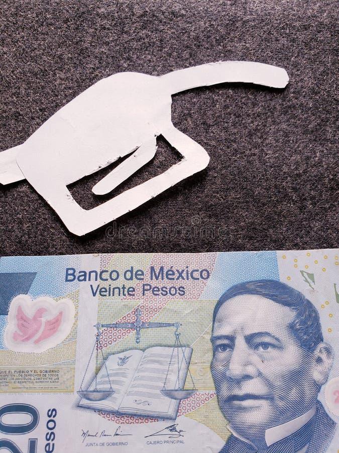cijfer van het pistool van een benzinebom in wit en een Mexicaans bankbiljet van twintig peso's royalty-vrije stock afbeelding