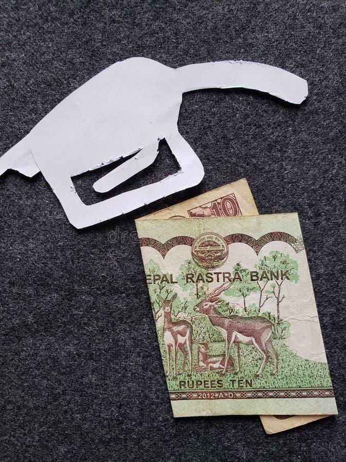 cijfer van het pistool van een benzinebom in wit en Nepalees bankbiljet van tien Roepies stock foto