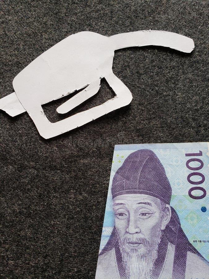 cijfer van het pistool van een benzinebom in wit en een Zuidkoreaans bankbiljet van gewonnen 1000 royalty-vrije stock afbeelding