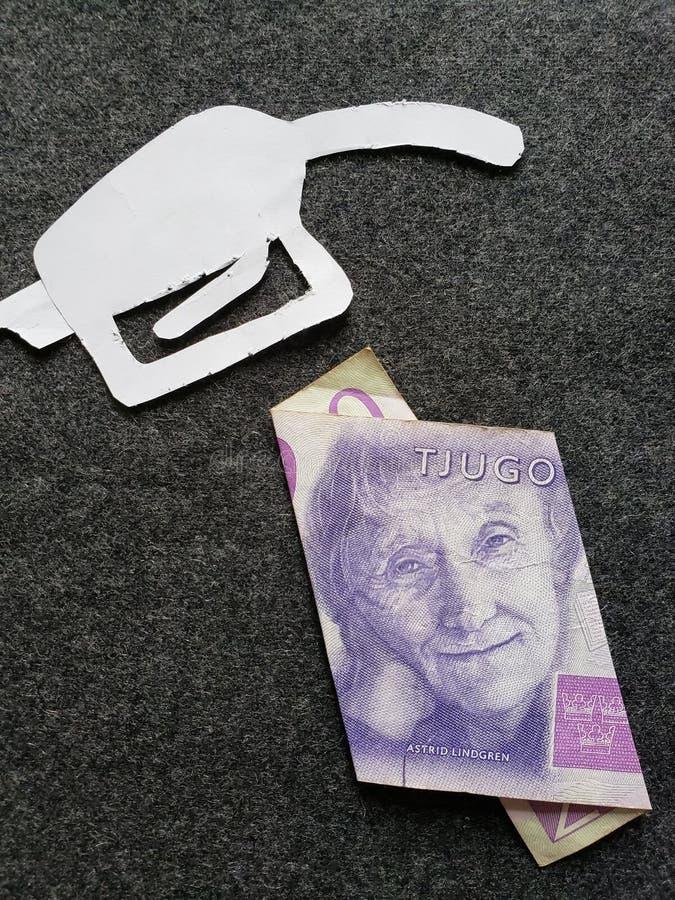 cijfer van het pistool van een benzinebom in wit en een Zweeds bankbiljet van kronor twintig royalty-vrije stock foto