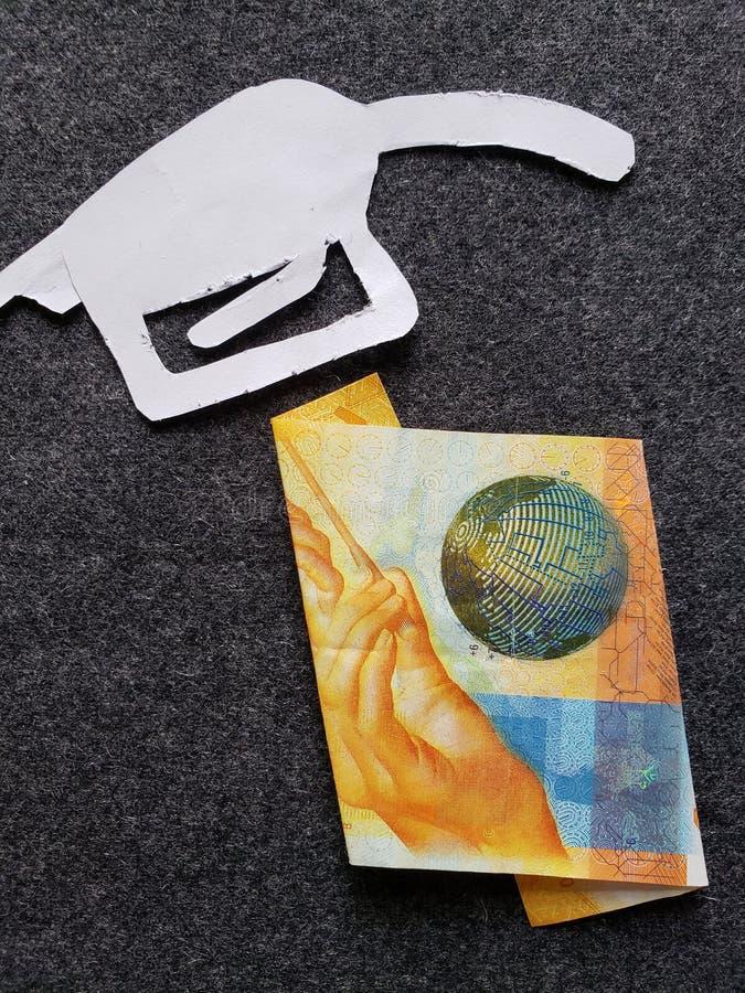 cijfer van het pistool van een benzinebom in wit en Zwitsers bankbiljet van tien franken royalty-vrije stock foto