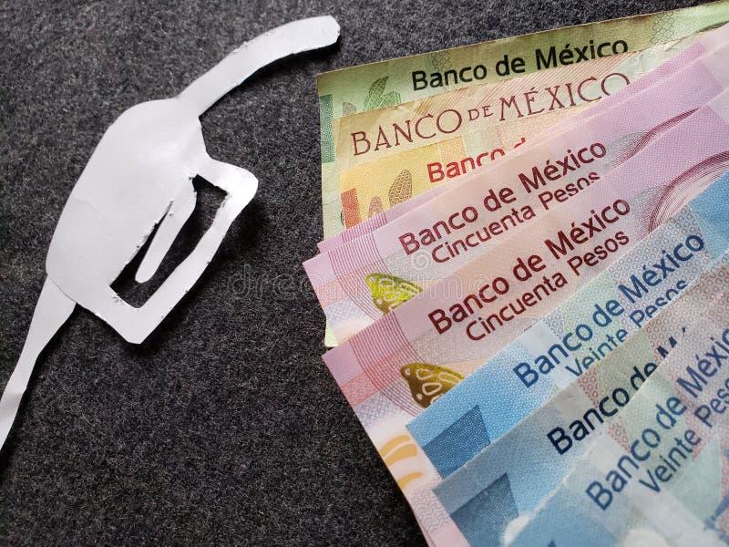 cijfer van het pistool van een benzinebom in Witboek en Mexicaanse bankbiljetten van verschillende benamingen stock afbeeldingen
