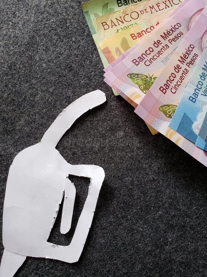 cijfer van het pistool van een benzinebom in Witboek en Mexicaanse bankbiljetten van verschillende benamingen royalty-vrije stock fotografie