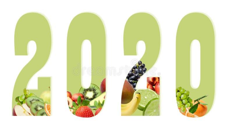 Cijfers van het nieuwe jaar 2020 op een witte die achtergrond met fruit hieronder samenstelling wordt verfraaid Ontwerpelement vo stock fotografie