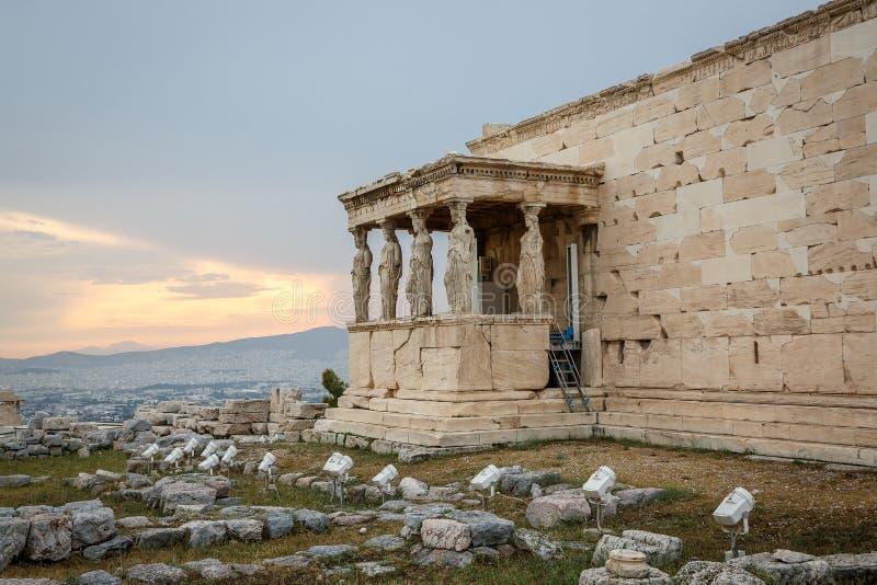 Cijfers van Kariatidenportiek van Erechtheion op Parthenon op Akropolisheuvel, Athene, Griekenland stock afbeeldingen