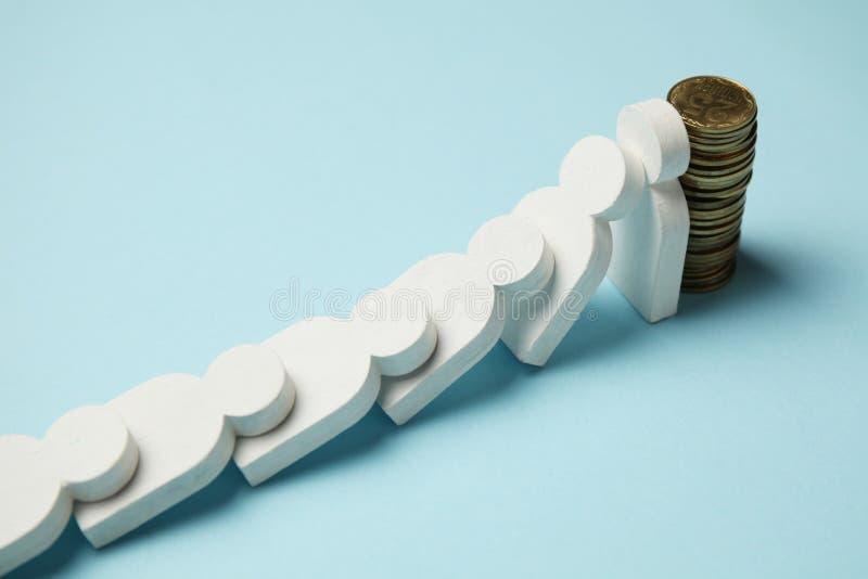 Cijfers van mensen in rij met muntstukken, sneeuwbaleffect Financi?le en economische stabiliteit royalty-vrije stock afbeeldingen