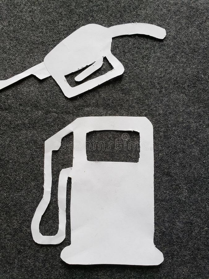 cijfers in wit van een benzinepomp en een pistool om benzine te dienen royalty-vrije stock afbeelding