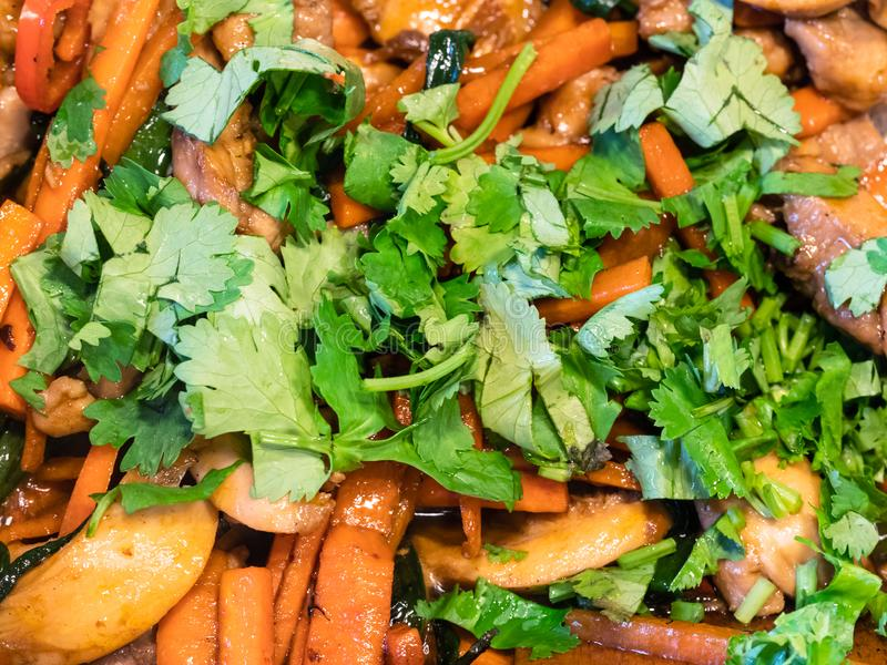 Cilantro tajado fresco en verduras fritas imagenes de archivo