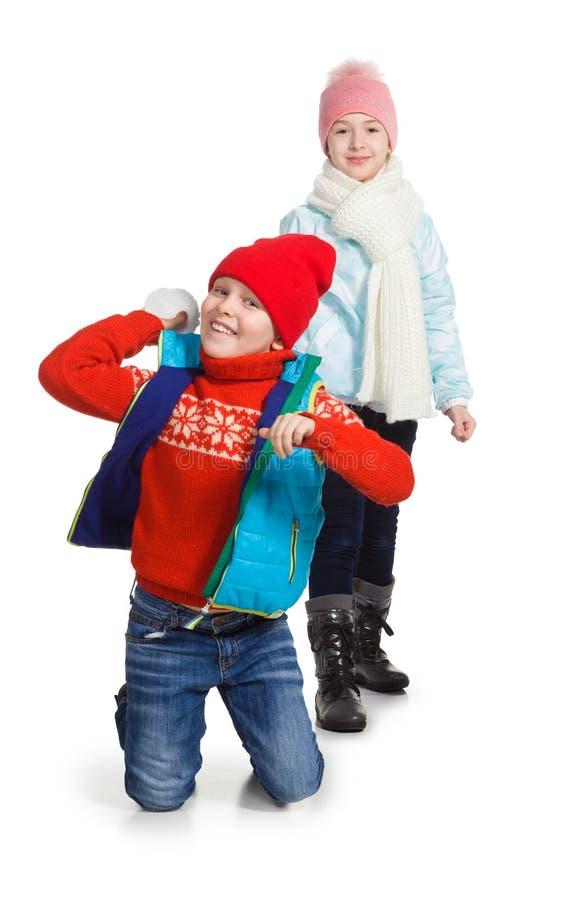 Cildren het spelen in de sneeuw stock fotografie