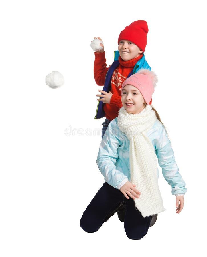 Cildren jouant dans la neige image stock