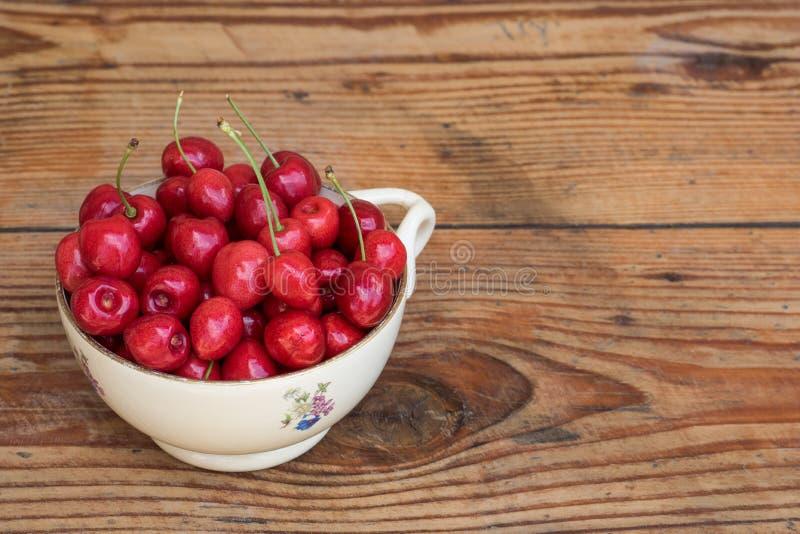 Download Ciliege Nostrane Organiche In Una Ciotola Ceramica D'annata, Su Fondo Di Legno Immagine Stock - Immagine di frutta, ceramic: 56892995