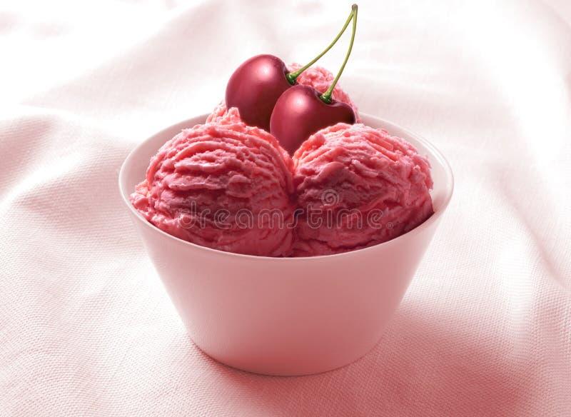 Ciliegia del gelato nella tazza ceramica fotografia stock libera da diritti