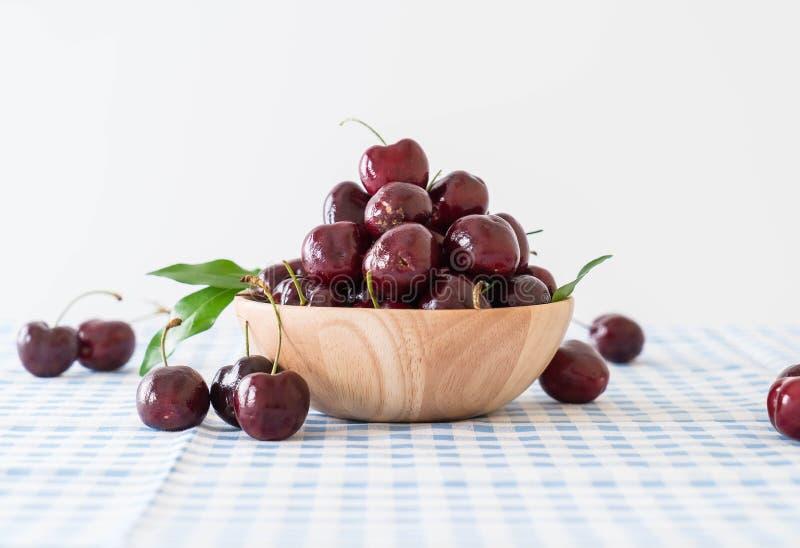 ciliegia fresca in ciotola di legno fotografia stock libera da diritti