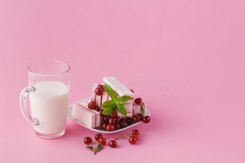 Ciliegia fresca con latte sul piatto di legno su bianco immagine stock libera da diritti