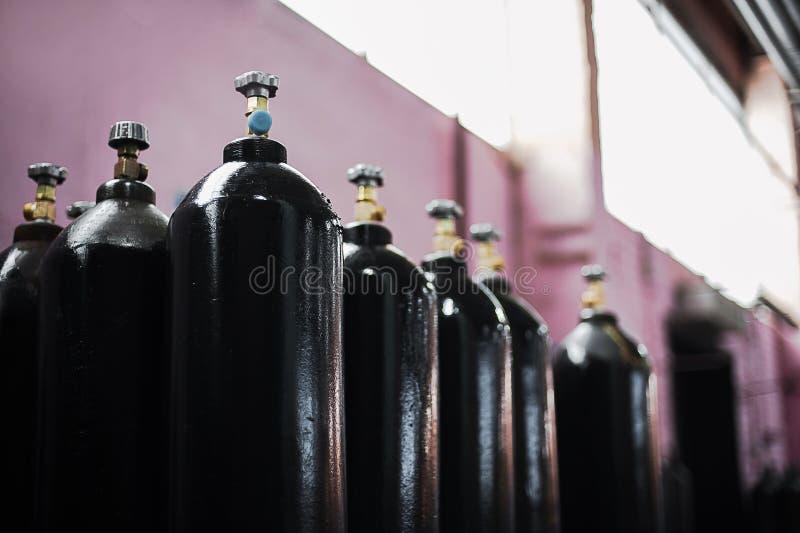 Cilinder con dióxido de carbono Los tanques con el gas comprimido para la industria Producción licuada del oxígeno Fábrica fotografía de archivo
