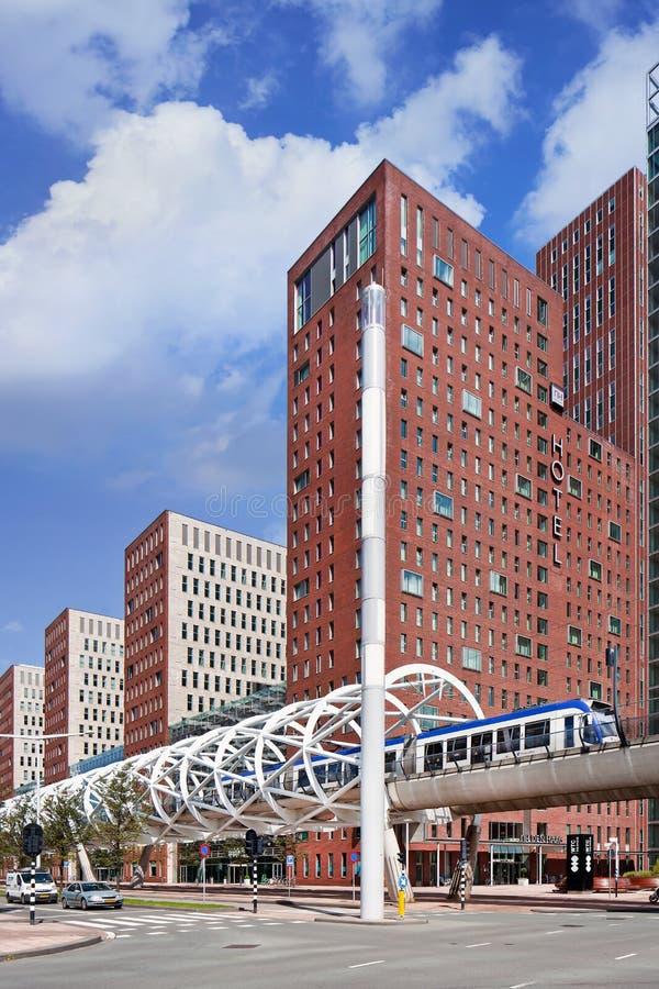 Cilindrisch gestalte gegeven kader rond opgeheven metrospoor in het stadscentrum, Den Haag, Nederland royalty-vrije stock fotografie