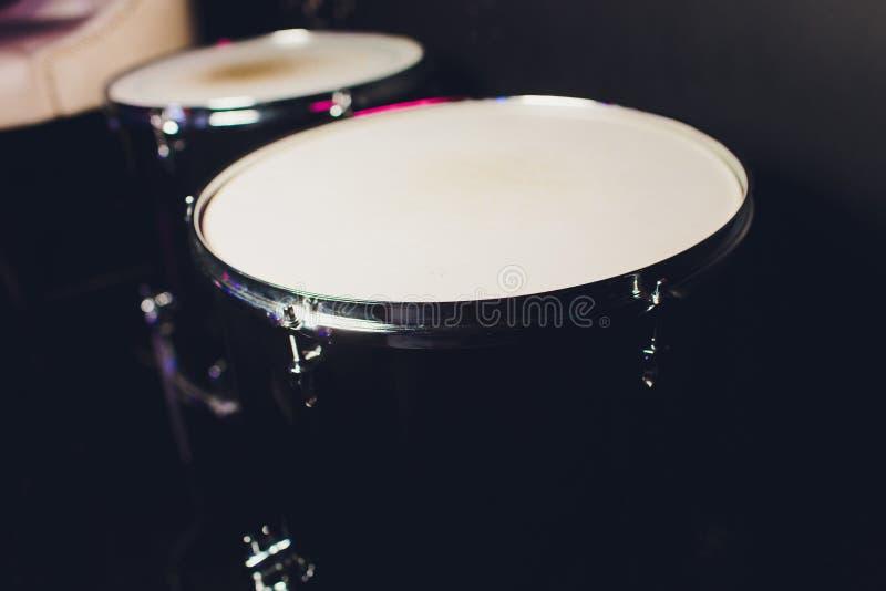 Cilindro ajustado no fundo escuro Instrumentos de percuss?o em um concerto O cilindro e as placas est?o na fase da sala de concer foto de stock royalty free