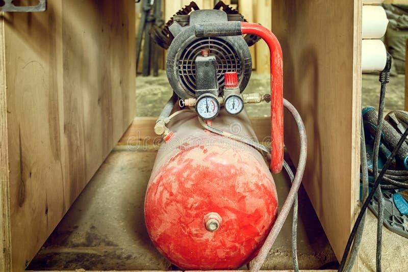 Cilindro de gas rojo viejo imágenes de archivo libres de regalías