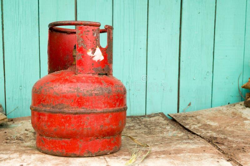 Cilindro de gas viejo rojo fotografía de archivo libre de regalías