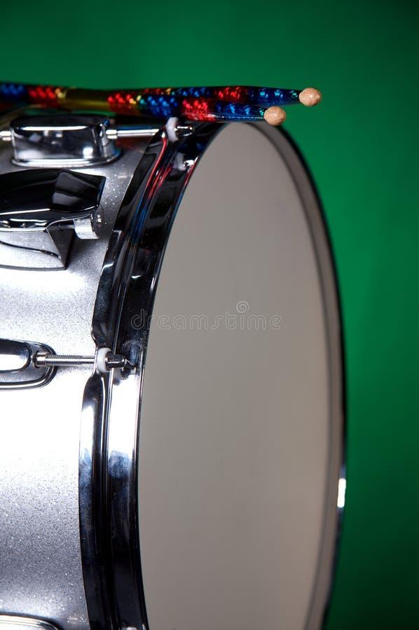 Cilindro de Snare de prata da faísca no verde fotografia de stock royalty free