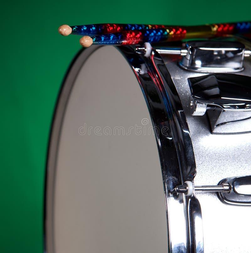 Cilindro de Snare de prata isolado no verde fotografia de stock