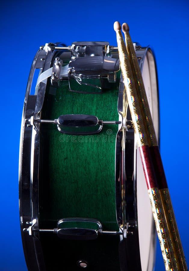 Cilindro de Snare verde isolado no azul imagens de stock