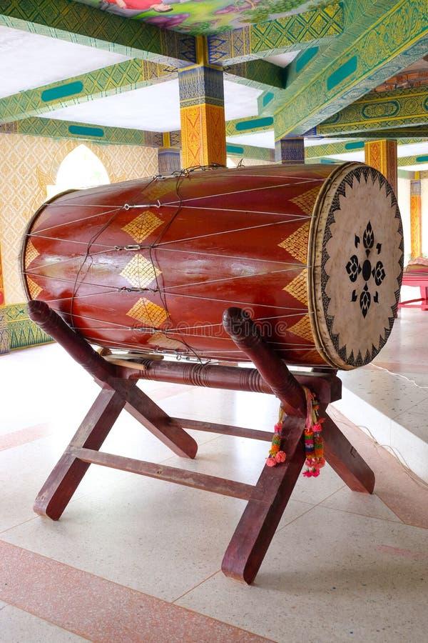 Cilindro grande em um templo budista usado dizendo a refeição do meio-dia imagem de stock royalty free