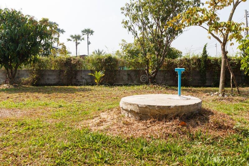 Cilindro sotterraneo del cemento del pozzo nero del lavabo fotografia stock