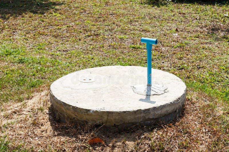 Cilindro sotterraneo del cemento del pozzo nero del lavabo immagine stock