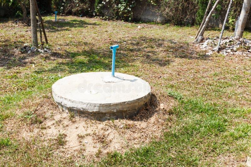 Cilindro sotterraneo del cemento del pozzo nero del lavabo fotografie stock libere da diritti