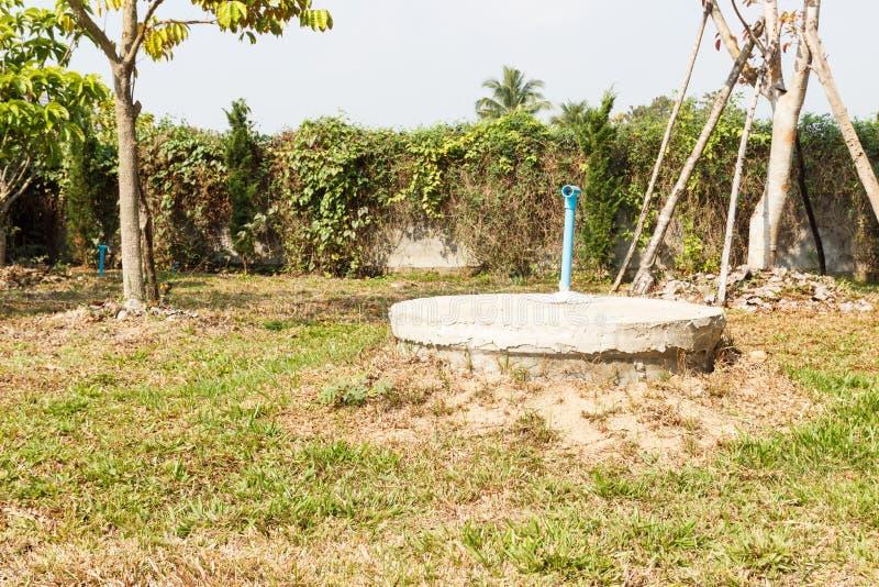 Cilindro sotterraneo del cemento del pozzo nero del lavabo fotografia stock libera da diritti