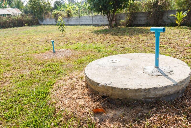 Cilindro sotterraneo del cemento del pozzo nero del lavabo immagini stock