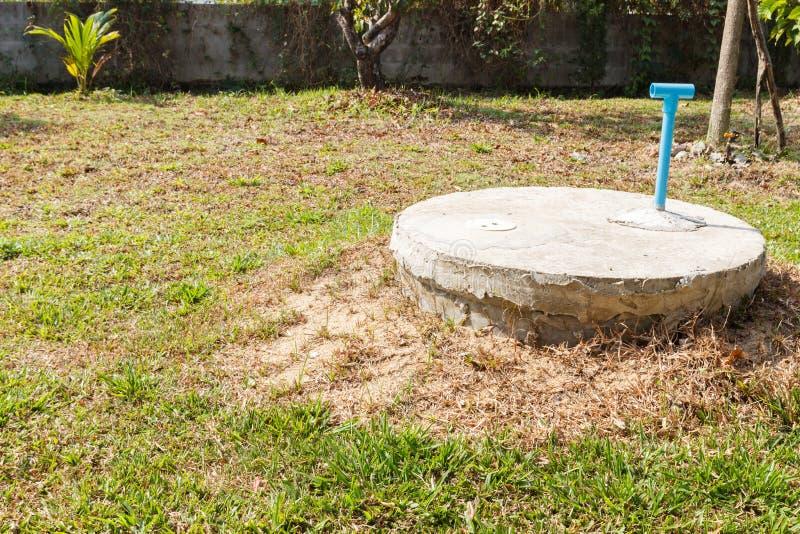 Cilindro sotterraneo del cemento del pozzo nero del lavabo immagine stock libera da diritti
