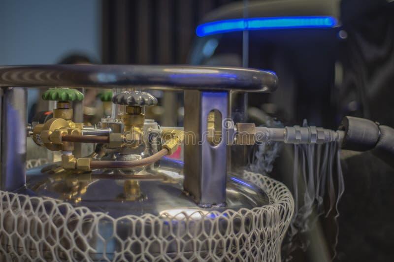 Cilindros criogênicos do assoalho da fábrica, usados em processos industriais Embarcações do vaso Dewar fotografia de stock royalty free