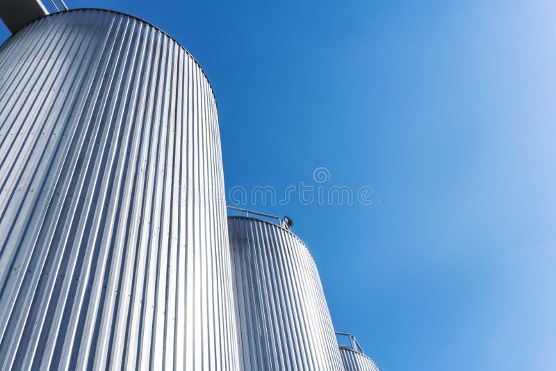 Cilindros da fábrica da bebida Com céu azul imagem de stock
