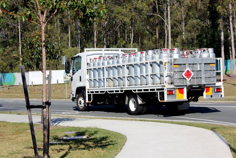 Cilindros de gas del camión que llevan imagenes de archivo