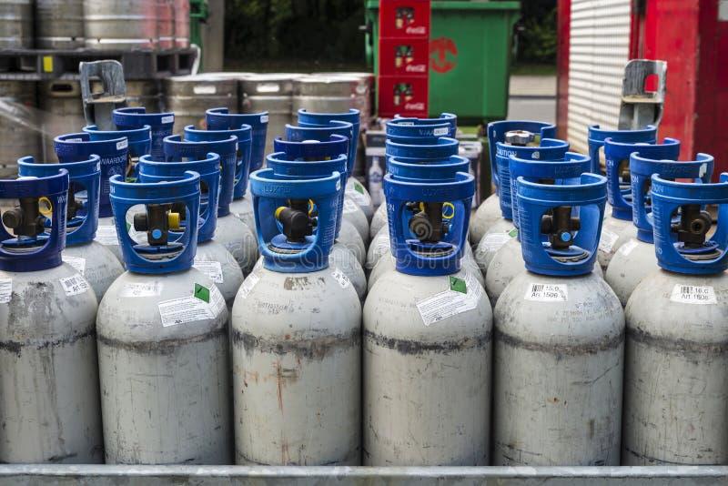 Cilindros de gas refrigerantes bajo presión lista para transportar imagen de archivo