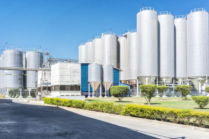 Cilindros de la fábrica de la bebida Con el cielo azul fotos de archivo libres de regalías