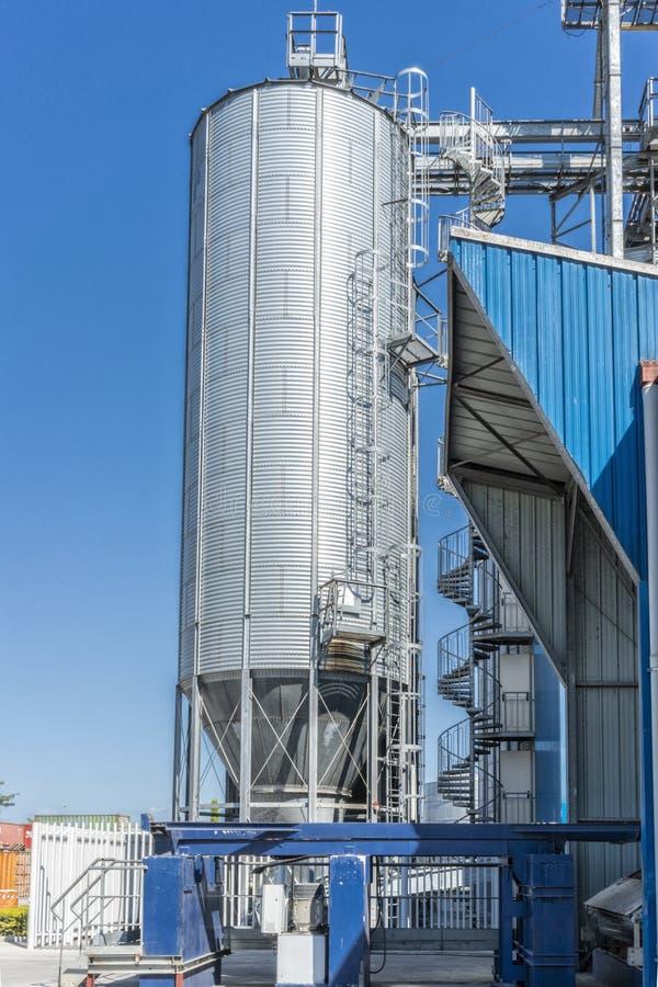 Cilindros de la fábrica de la bebida Con el cielo azul fotografía de archivo