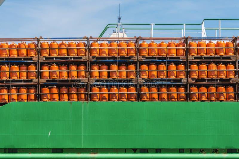 Cilindros del butano en un barco foto de archivo