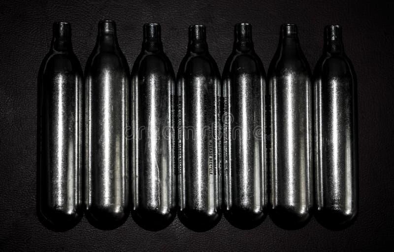 Cilindros do dióxido de carbono usados em pistola pneumática comprimida, airsoft fotografia de stock royalty free